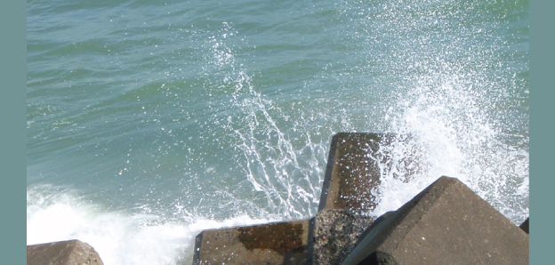 A photograph of ligaments, sheets and sea sprays observed at wave impact on concrete armor blocks.