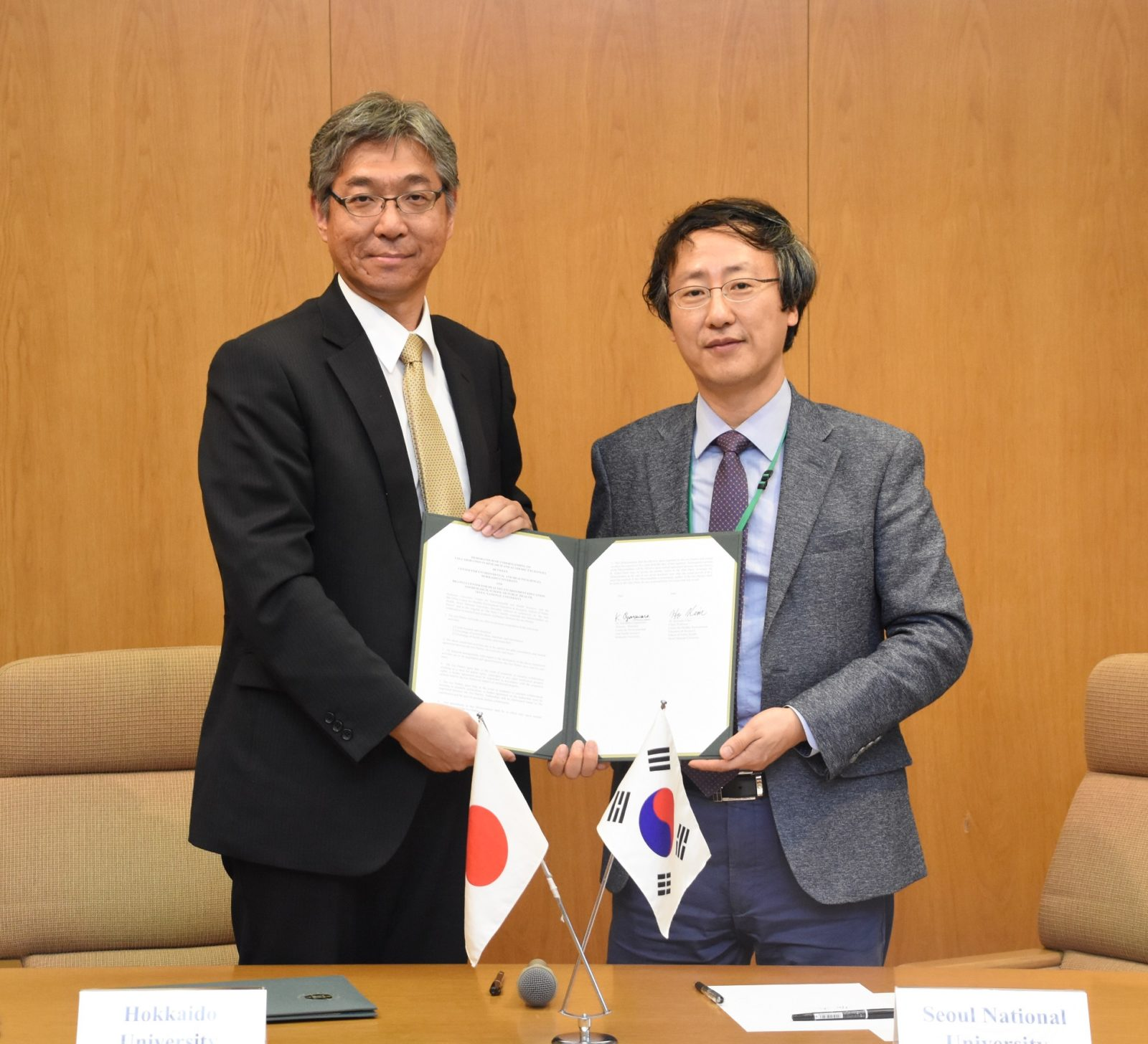 Prof. Kim, Dean of Graduate School of Public Health from SNU (right) and Prof. Ogasawara, Director of Center for Environmental and Health Sciences from HU (left) signed the MOU.
