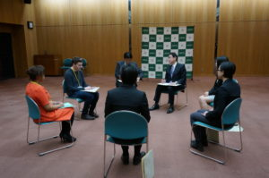 Foreign Minister Kishida and the students exchanging their opinions