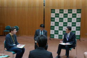 Foreign Minister Kishida listening to opinions