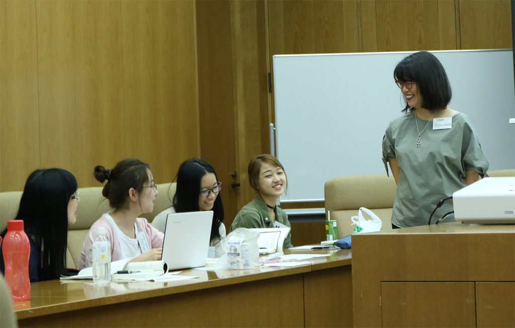 Professor Yoshihara and the students during the lecture.