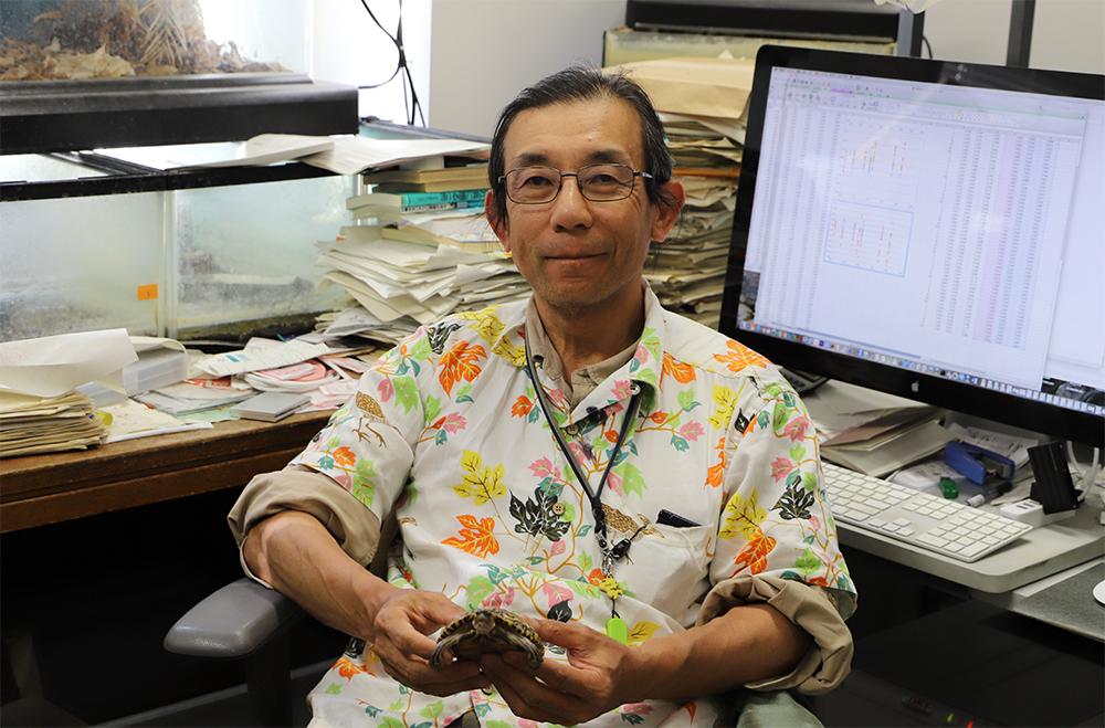 Dr. Eisuke Hasegawa in his laboratory
