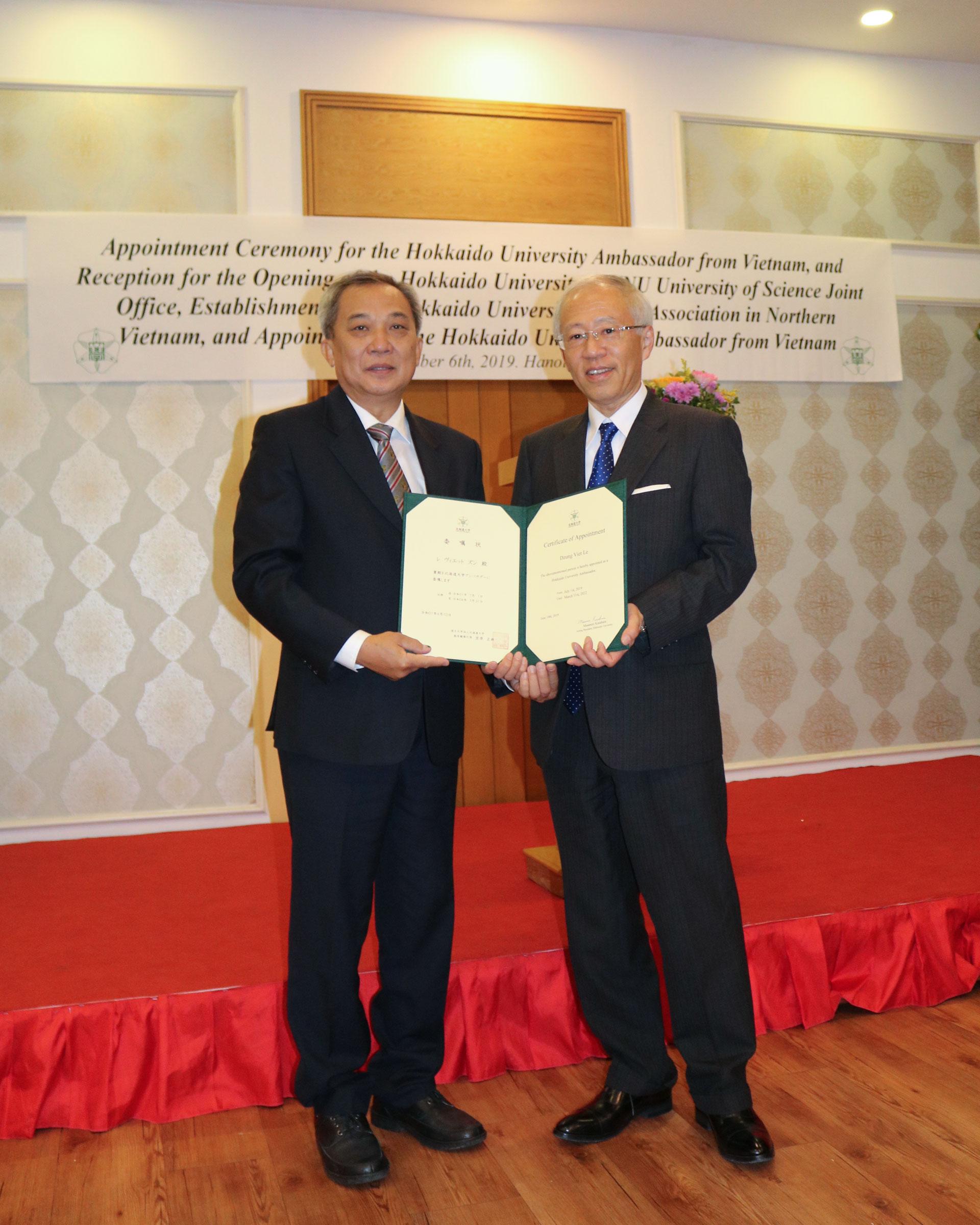 Associate Professor Le Viet Dzung receiving his Hokkaido University Ambassador certificate